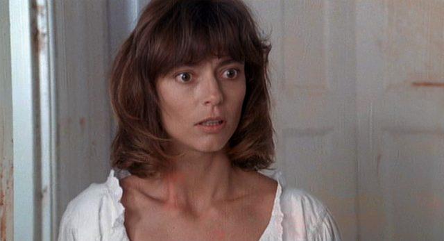 Nahaufnahme von Rachel Ward als Julia mit irritiertem Gesichtsausdruck.