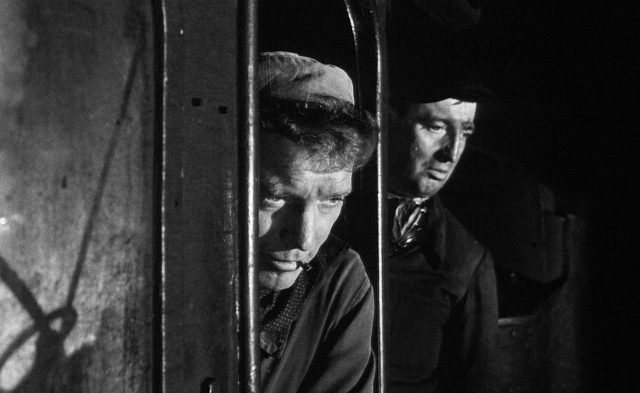 Nahaufnahme von Labiche (gespielt von Burt Lancaster) im Lokführerhaus des Zugs.