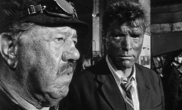 Nahaufnahmen von Michel Simon als Lokführer Papa Boule und Burt Lancaster als Labiche, beide mit düsteren, dreckverschmierten Gesichtern in einer Bahnbunkeranlage.