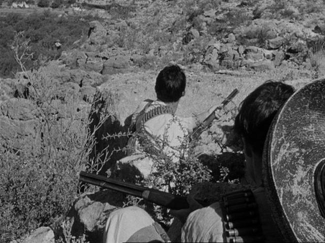 Blick auf versteckte Rebellen im Gebirge.