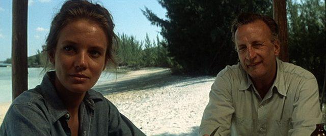 Nahaufnahme des Ehepaares Terrell am idyllischen Sandstrand der Insel.