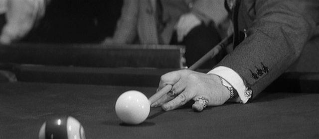 Nahaufnahme von einem Spielzug, das Queue ist auf die weiße Kugel gerichtet.