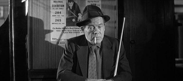 Felsons Partner Charlie Burns sitzt in einer Billardhalle und starrt mit Zigarette im Mundwinkel in die Leere.