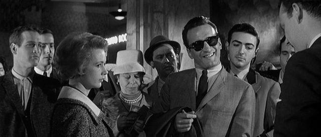 George C. Scott als Bert Gordon: Er lächelt verschlagen und trägt eine Sonnenbrille; neben ihm steht Piper Laurie als Sarah Packard, im Hintergrund Paul Newman als Eddie Felson.