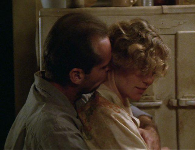Frank umarmt Cora und küsst sie in den Nacken.