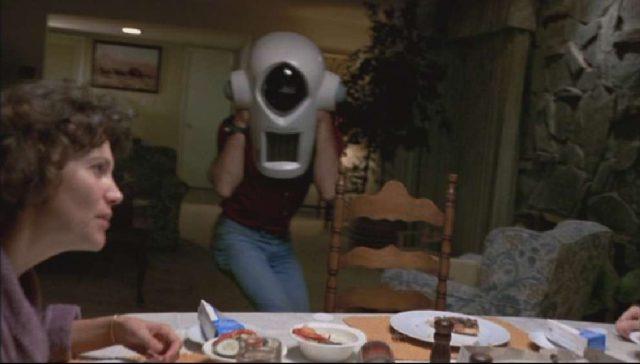 Ein Kameramann umschwirrt den Esstisch, an dem Mrs. Yeager zu sehen ist.