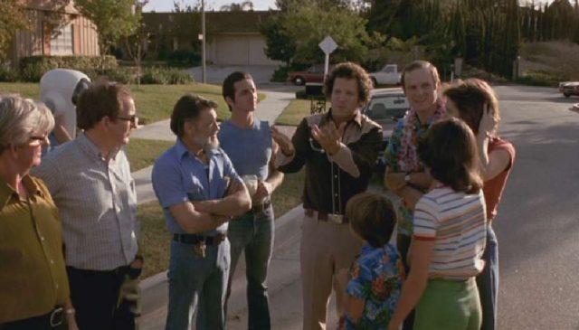Das Filmteam und die Yeagers stehen auf der Straße eines suburbanen Wohnviertels.