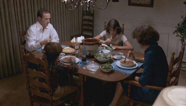 Familie Yeager beim Essen zu Tisch.