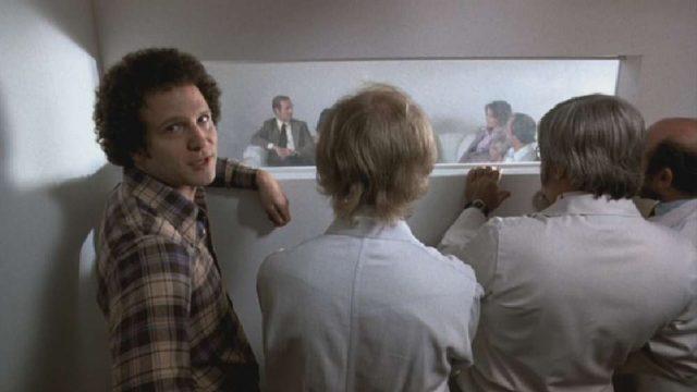 Brooks beim Casting hinter einer Wand, mit dem Gesicht zur Kamera gerichtet.