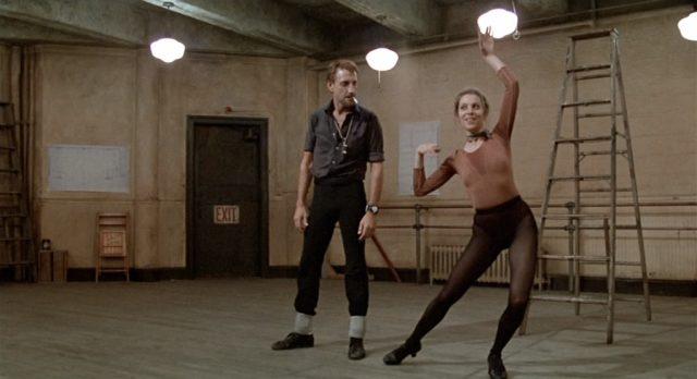Joe Gideon im Studio bei der Probe mit einer Tänzerin.