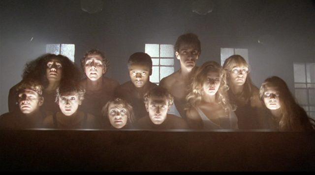 Angeleuchtete Gesichter des probenden Ensembles.