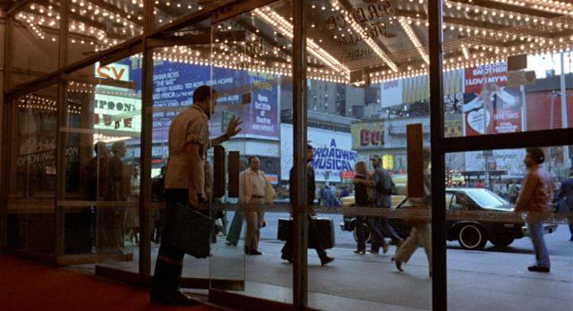 Gideon am Ausgang beim Verlassen eines Gebäudes am New Yorker Broadway.