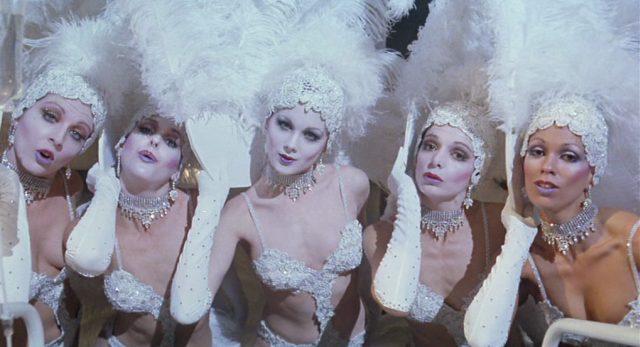 Nahaufnahme weiß bekleideter Tänzerinnen.