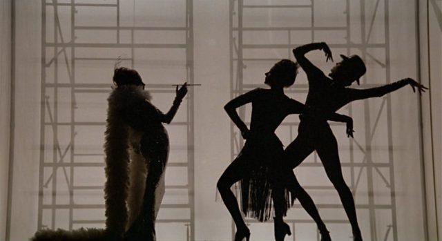 Silhouettenhafte Darstellung dreier Tänzerinnen bei der Probe.