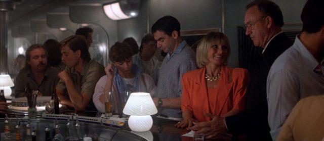 Caulfield im Gespräch mit einer Frau an der Zugbar.