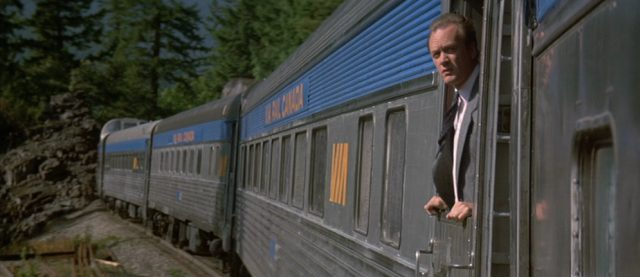Einer der Killer blickt aus dem fahrenden Zug.