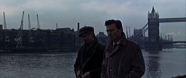 Krasnevin und Eberlin am Ufer der Themse in London, im Hintergrund sind die Docks und die Tower Bridge zu erkennen.