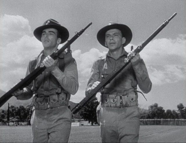 Montgomery Clift und Frank Sinatra als US-Soldaten in Monturb mit Gewehren.