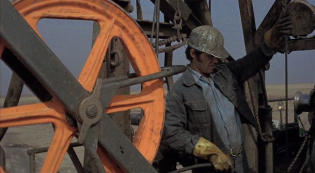 Jack Nicholson als Robert Dupea, der mit Helm auf einem Ölfeld arbeitet.