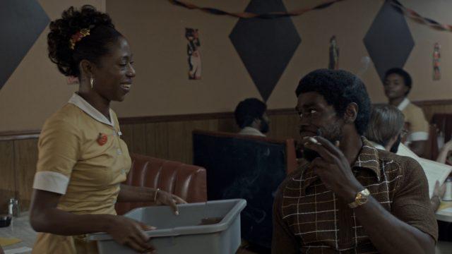 Ruth während ihres Dienstes als Diner-Bedienung im Gespräch mit Moses (gespielt von Mustafa Shakir).
