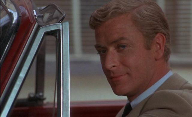 Close-up von Michael Caine als Meisterdieb Henry Clarke in seinem Cabrio.