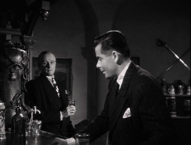 Glenn Ford als Johnny Farrell an einer Bar, im Hintergrund George Macready als Ballin Mundson.