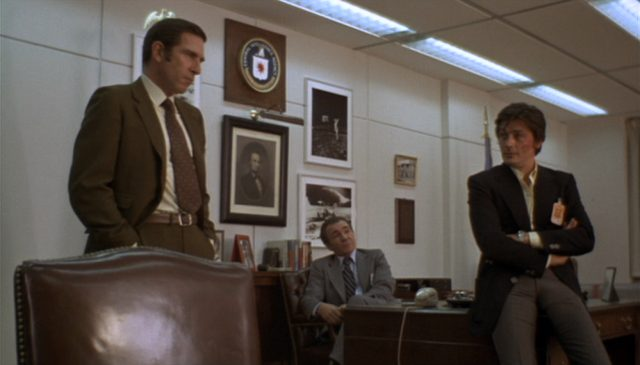 Alain Delon als Scorpio im Büro mit zwei CIA-Funktionären.