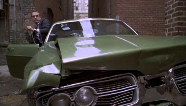 Frontal-Close-up eines demolierten Automobils in einer engen Hintergasse.