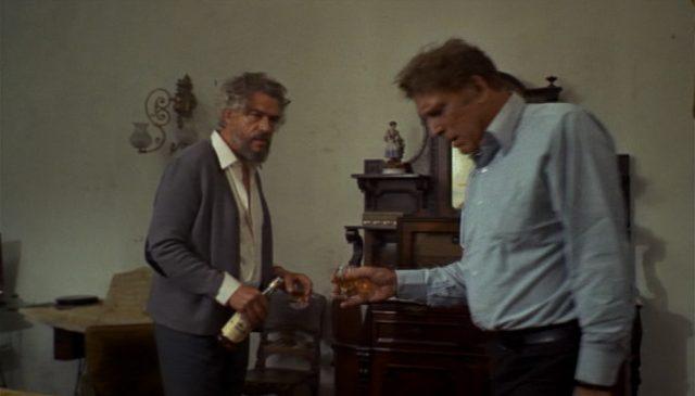 Paul Scofield und Burt Lancaster in desolaten Posen als zwei alte, einst gegnerische Agenten, die sich in einer Wiener Wohnung wild betrinken.
