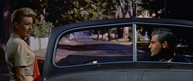 Lana Turner als Constance MacKenzie steht am Wagen von Michael Rossi, der am Steuer sitzt und von Lee Philips gespielt wird.