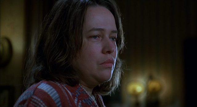 Nahaufnahme von Kathy Bates als Annie Wilkes.