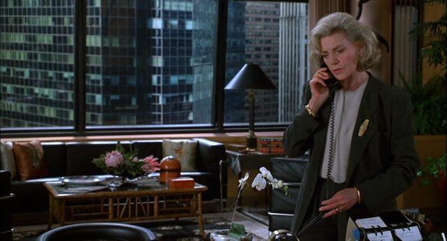 Lauren Bacall steht als Literaturagentin Marcia Sindell in ihrem New Yorker Büro am Schreibtisch und telefoniert.
