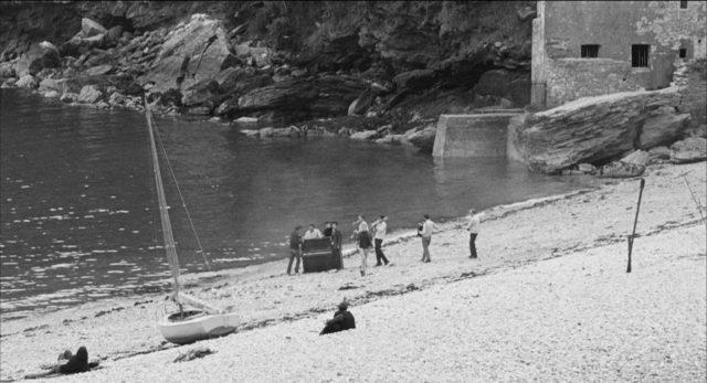 Eine kleine Gruppe mit einem Klavier am Strand.