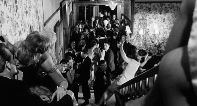 Rauschende Upperclass-Party in einer Villa.