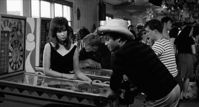 Nicola und Tinker an einem Spielautomaten in einer Bar.