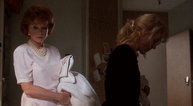 Doris und Suzanne einander abgewandt in einem Raum.