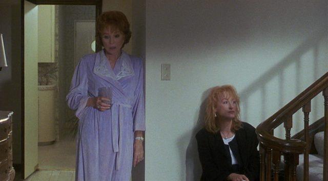 Doris und Suzanne mit ernüchterten Mienen am Treppenaufgang im Haus von Doris.
