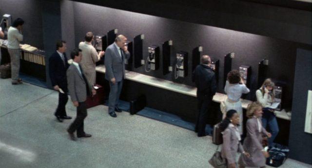 Meechum an trubeligem Ort bei der Benutzung eines öffentlichen Telefons.