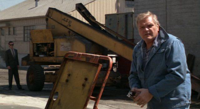Brian Dennehy als Kriminalkommissar Dennis Meechum beim Einsatz mit Revolver.