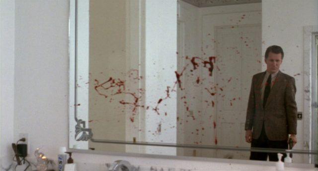 Cleve zu sehen im blutverschmierten Spiegel auf einer Toilette.