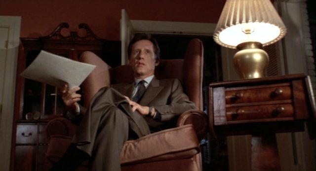 Cleve aus der Froschperspektive in der Pose eines Geschäftsmannes.