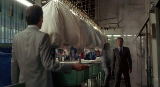 Cleve bereitet sich auf einen Zweikampf mit einem Madlock-Handlanger vor, der ihm in einer Gewerbehalle gegenübersteht.