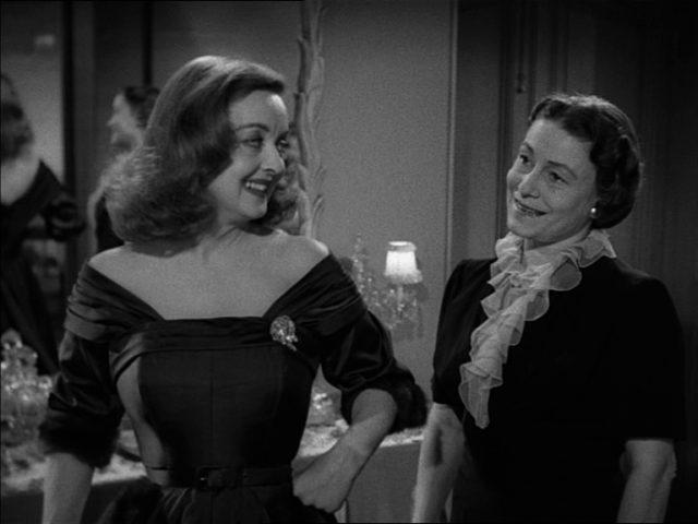 Margo Channing lächelt ihre loyale Zofe Birdie an (gespielt von Thelma Ritter).
