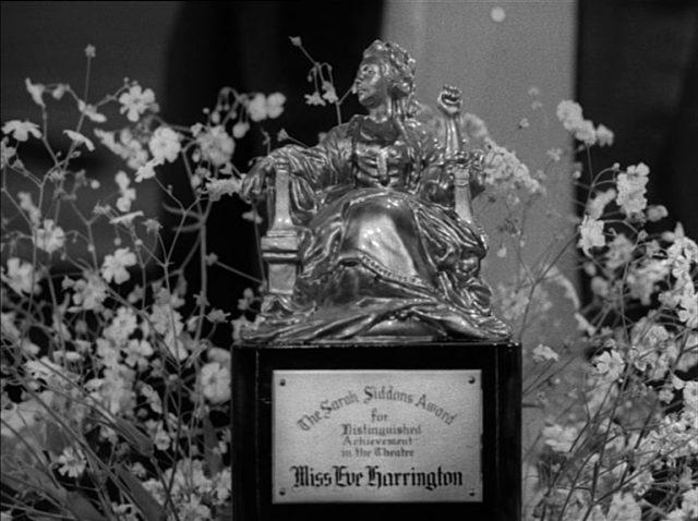 Nahaufnahme des Sarah Siddons Award; auf der Plakette ist auffällig Miss Eve Harrington eingraviert.
