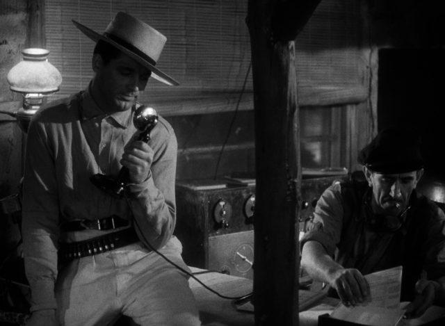 Cary Grant als Geoff Carter am Funkgerät.