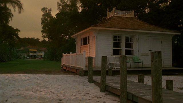 Blick auf ein weißes Strandhaus in der Dämmerung.