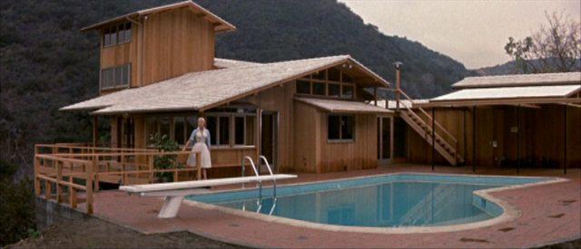 Blick auf das fertiggestellte Bel-Air-Haus aus Holz mit Pool.