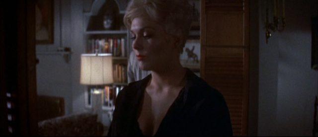 Nahaufnahme von Kim Novak als Maggie Gault in ihrem Haus.