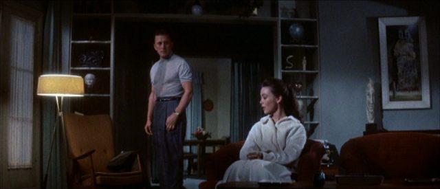 Die Eheleute Coe in einem düsteren Raum in krisenhaften Posen.