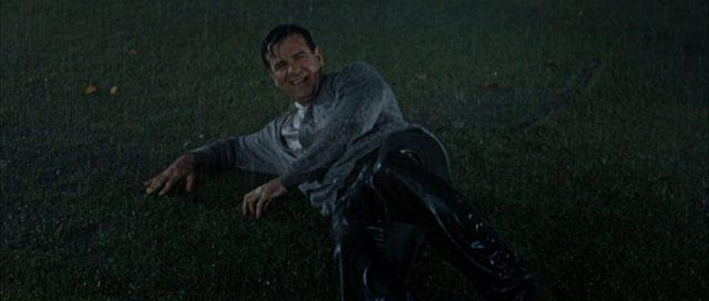 Walter Matthau als Felix Anders, bei starkem Regenfall niedergeschlagen auf dem Rasen.